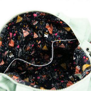 Présentation des poches intérieures du sac à langer vert tilleul.