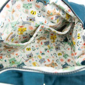 Présentation des poches intérieures du sac à langer bleu indigo.
