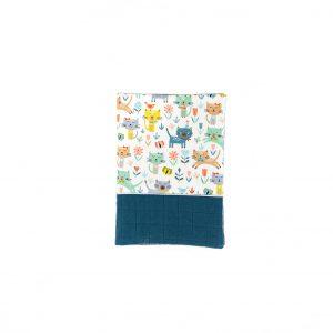Protège carnet de santé en lange indigo et tissu imprimé petits chatons vu de face, fermé.