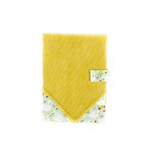 Protège carnet de santé en velours milleraies moutarde et tissu imprimé cygne, vu de face, fermé.