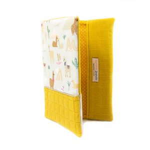 Protège carnet de santé imprimé lama et lange moutarde, vu de face, entrouvert.
