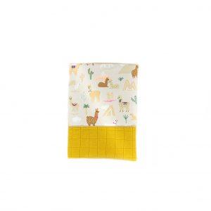 Protège de carnet de santé imprimé lama, et lange moutarde, vu de haut, fermé.