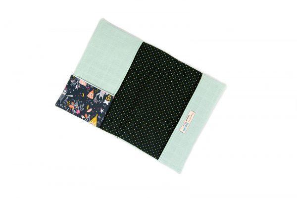 Protège carnet de santé en lange vert d'eau et tissu imprimé tipi et renard, vu de haut.