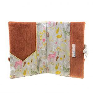 Protège carnet de santé velours milleraies brun et tissu imprimé Savane, vu de face, ouvert.