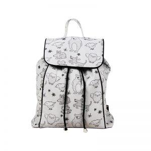 Vue de face d'un sac à dos pour enfant gris à motif ourson.