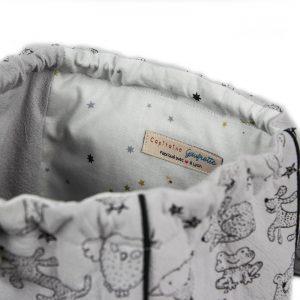 Vue de l'intérieur étoilée du sac à dos enfant ourson gris.