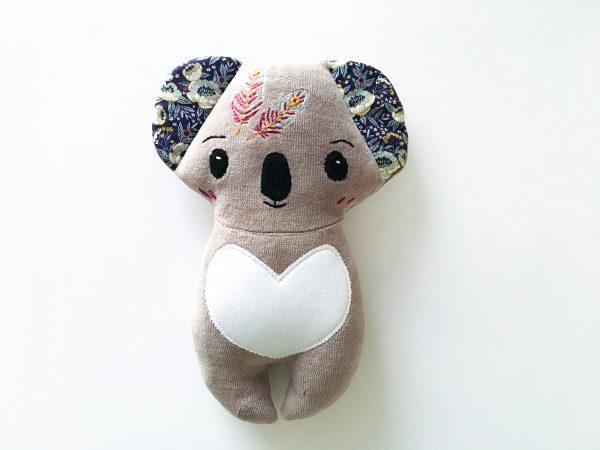 doudou bébé koala en jersey coton taupe et broderie indien